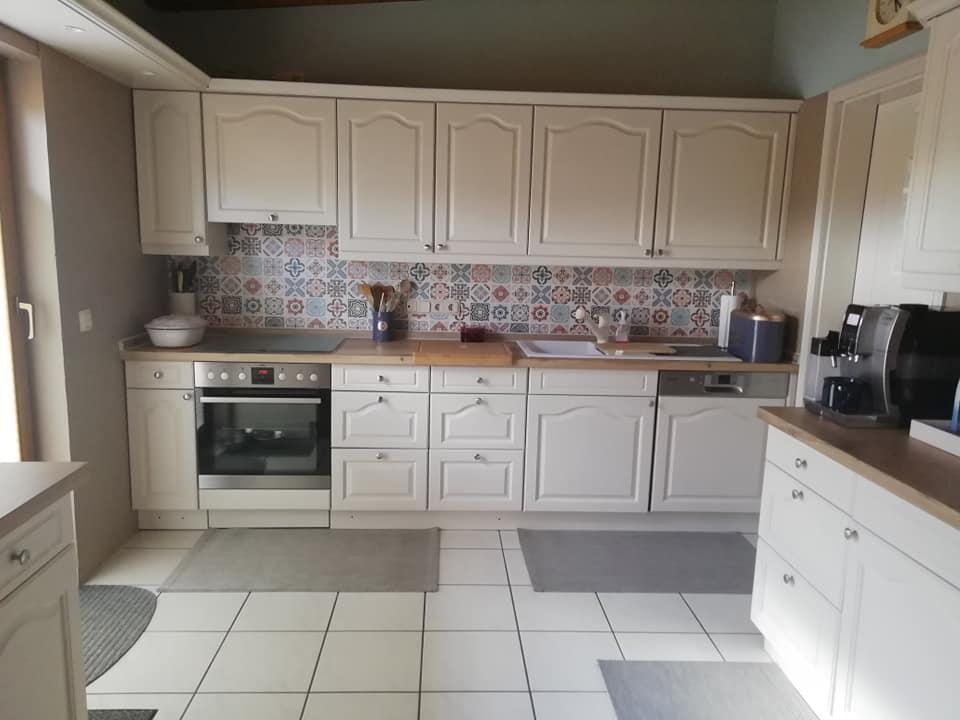 Durch einen Anstrich mit Mylands Clerkenwell wurde die Küche hell und freundlich. Dazu gab es eine neue Arbeitsplatte.