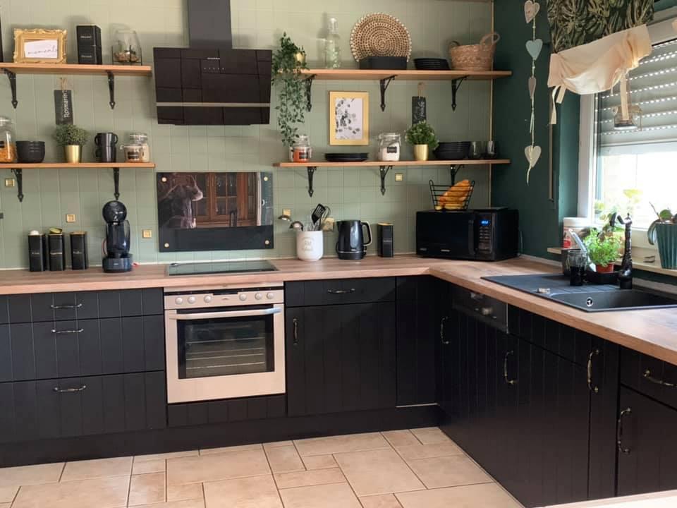 Ein paar Oberschränke weniger und Mylands Downing Street No. 10 - schon ist eine vollkommen neue Küche entstanden.
