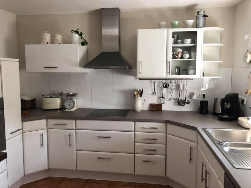 Weiß geht immer! MissPompadour Weiß mit Schmelz zum Beispiel gibt dieser Küche einen ganz neuen Charme.