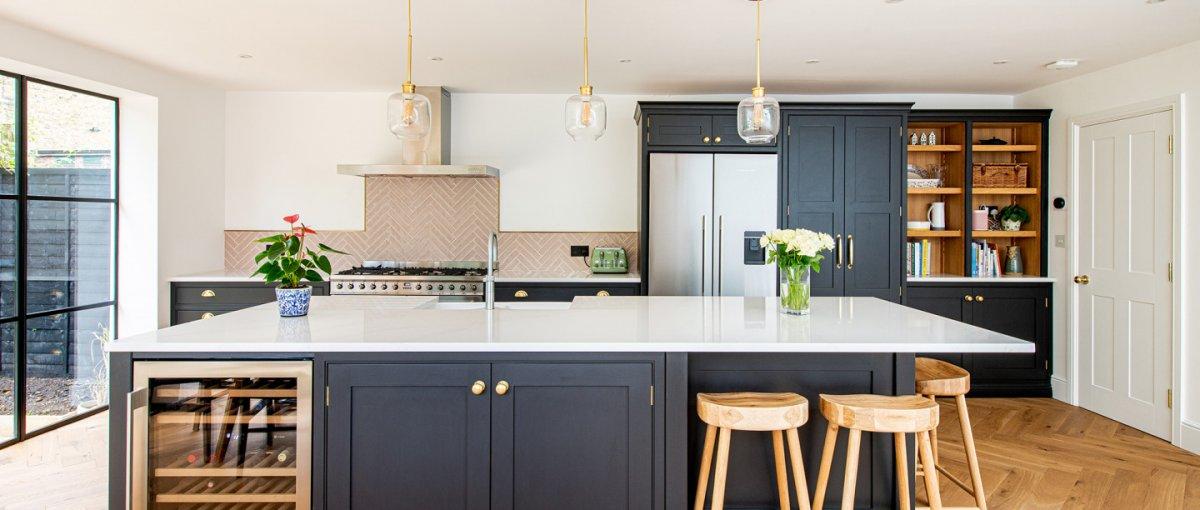 Küche streichen mit Mylands Eggshell Lack in Schwarz - @HerringboneKitchens