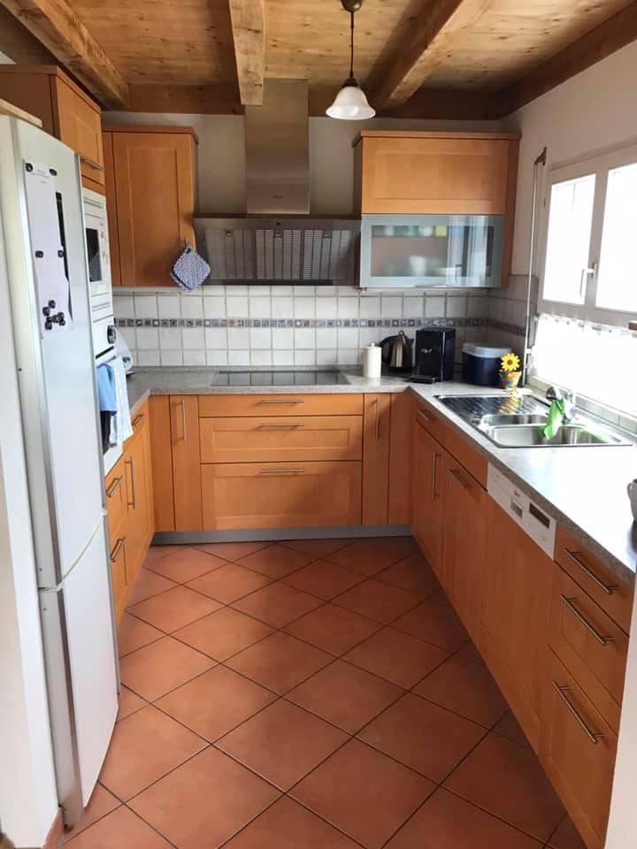 Zu viel Holz machte hier die kleine Küche bedrückend und eng.