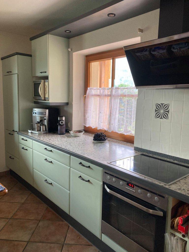 Mit MissPompadour Grün mit Salbei hat die Küche ihr verstaubtes Image abgeschüttelt.