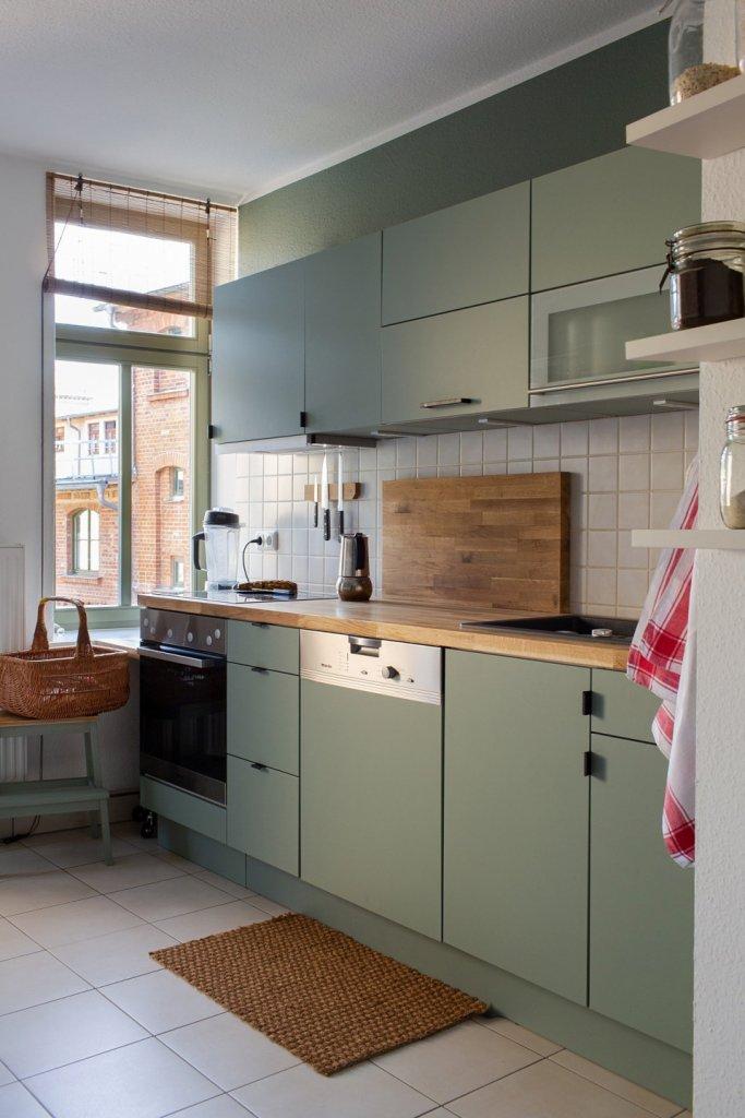 Neue Griffe und Mylands Myrtle Green No. 168 geben dieser Küche einen ganz eigenen individuellen Look.