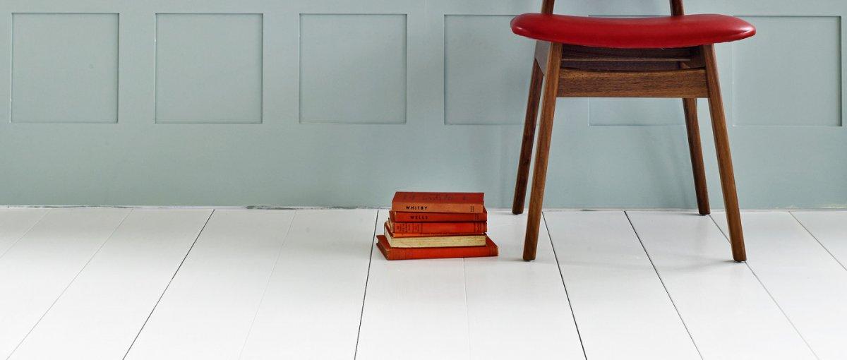Holz Fussboden streichen mit Farbe in Weiß