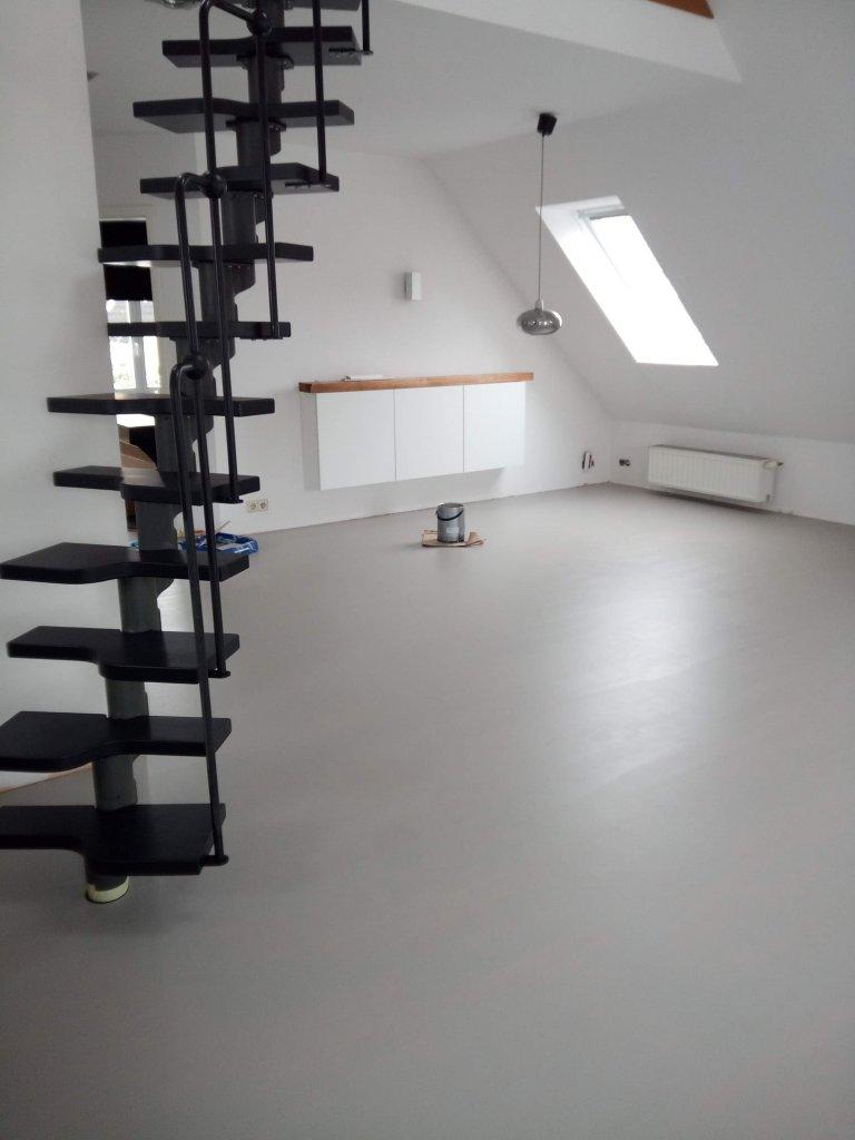 Durch den Anstrich mit Mylands Hoxton Grey bekommt der Raum einen coolen, industriellen Stil.