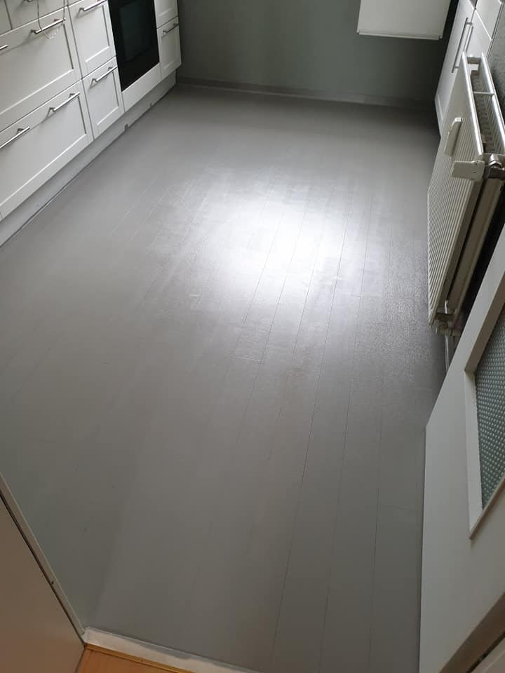 Mit Painting the Past Earl Grey passt sich der Boden jetzt wieder wunderbar an Wand und Küchenschränke an.