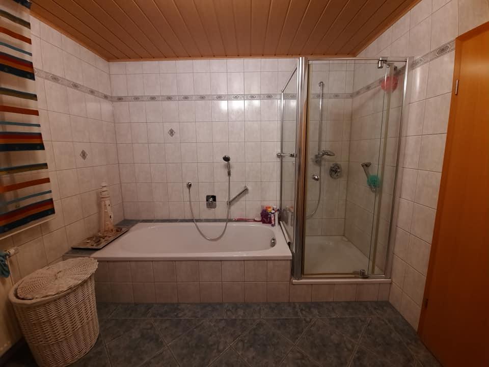 Dunkel und trist war dieses Badezimmer. Dabei hatte es aber Potenzial, man musste es nur hervor holen.