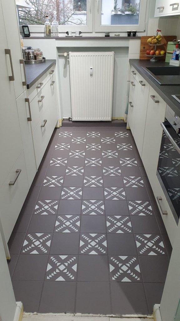 Dank einer Schablone wurde die kleine Küche aufgelockert. Fläche gestrichen mit Mylands Lock Keeper.