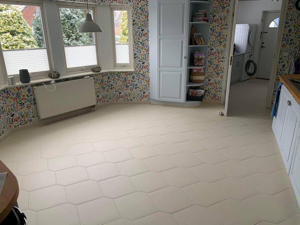 Durch den gestrichenen Boden bekommt der Raum Ruhe und die bunte Tapete rückt nun in den Fokus!
