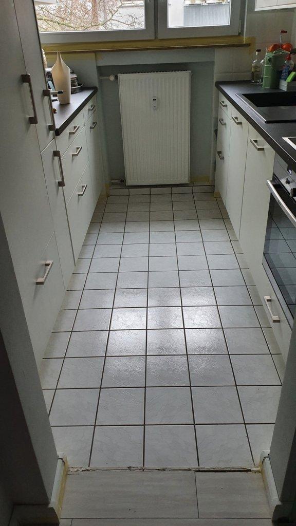 Dieser langweilige Küchenboden war unserer Kundin schon seit ihrem Einzug ein Dorn im Auge.