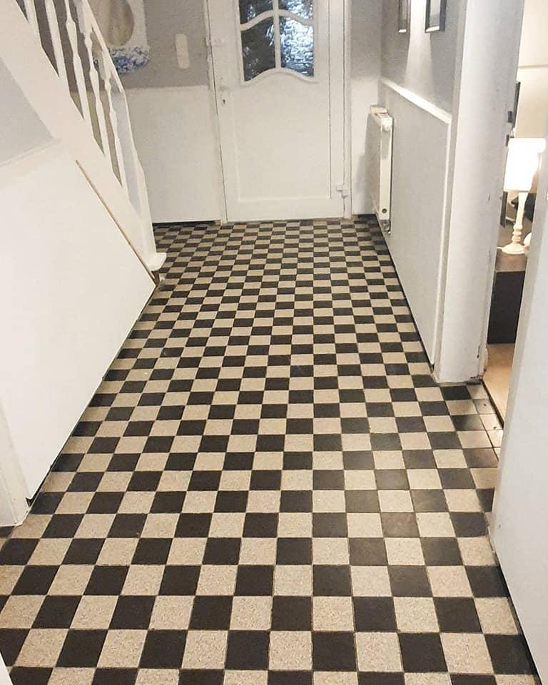 Dieser Eingangsbereich sollte edler wirken, so dass auch der schöne Treppenaufgang würdevoller eingebettet wird.