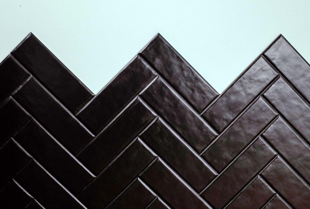 Fliesen gestrichen in schwarz mit Lack