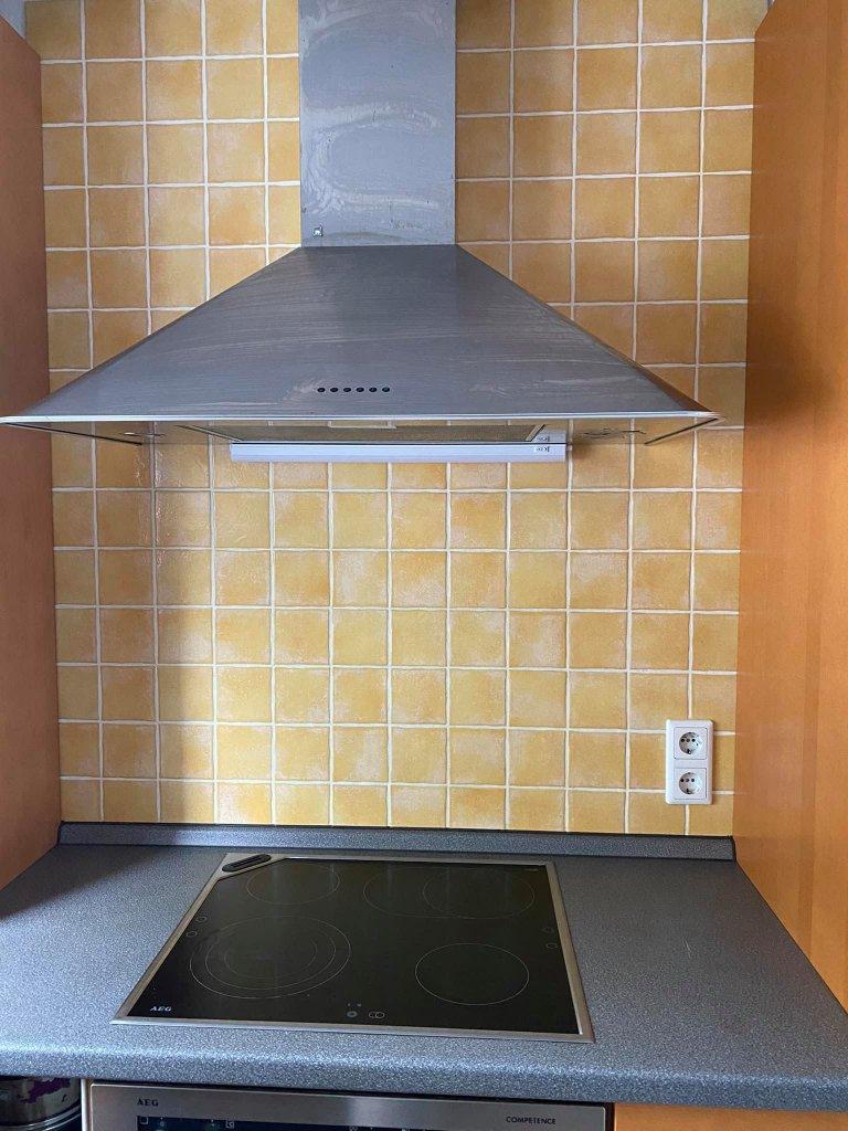 Die Küche sollte grau gestrichen werden, daher gab es auch für die Fliesen eine passende neue Farbe.