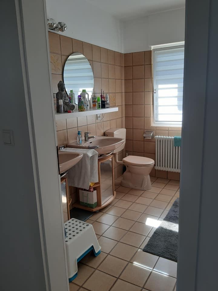 Die 80er Jahre springen einen in diesem Badezimmer gerade zu an. Zeit für ein Update!