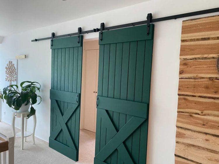 In Grün mit Wald von MissPompadour gestrichen ist die Tür ein echter Hingucker geworden.