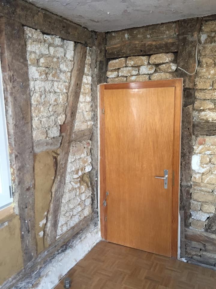 Eine Standard-Zimmertür im alten Fachwerk brauchte dringend ein Update.