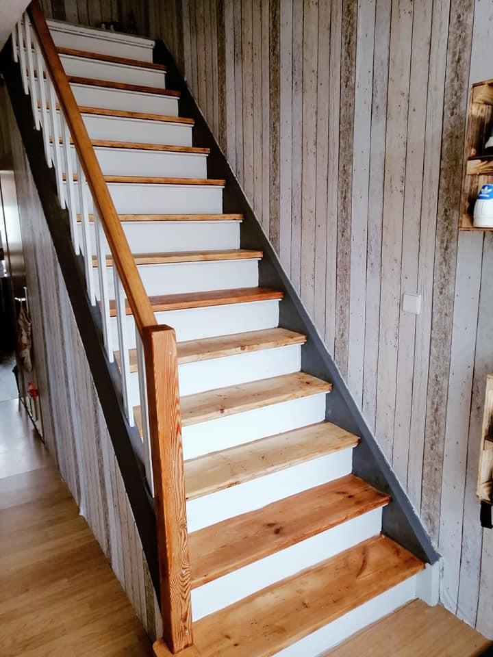 Durch das Streichen der Wangen bekam diese Treppe wieder Leichtigkeit. Die seidenmatte Kreidefarbe passt perfekt zum Stil.
