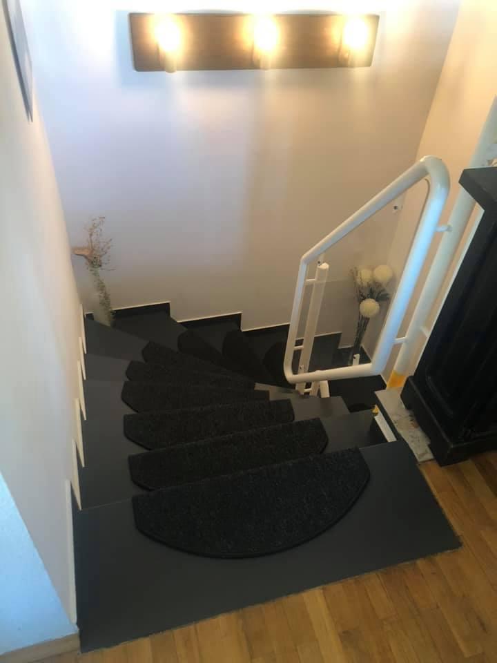 Der neue Anstrich verleiht einen modernen Look! Das Treppengeländer fügt sich wieder toll ein.
