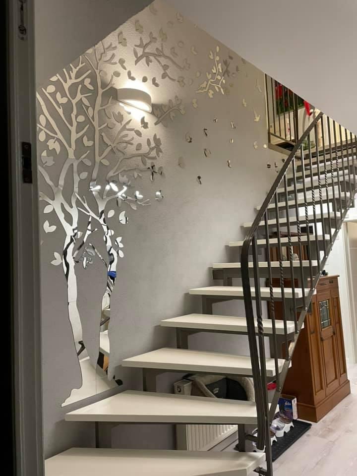 Die Holzstufen wurden gestrichen mit Mylands Whitehall. Nur noch eine neue Wandfarbe und der Aufgang hat ein vollkommen neues Image.