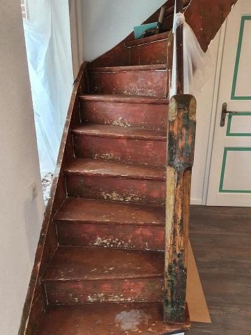 150 Jahre alt ist dieser Treppenaufgang. Echte Wertarbeit, aber wirklich nicht mehr schön.