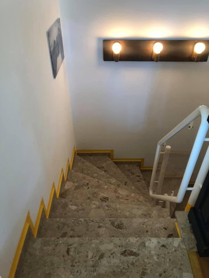 Nicht mehr zeitgemäß war diese Steintreppe. Eine zum Wohnstil passende Veränderung war erforderlich.