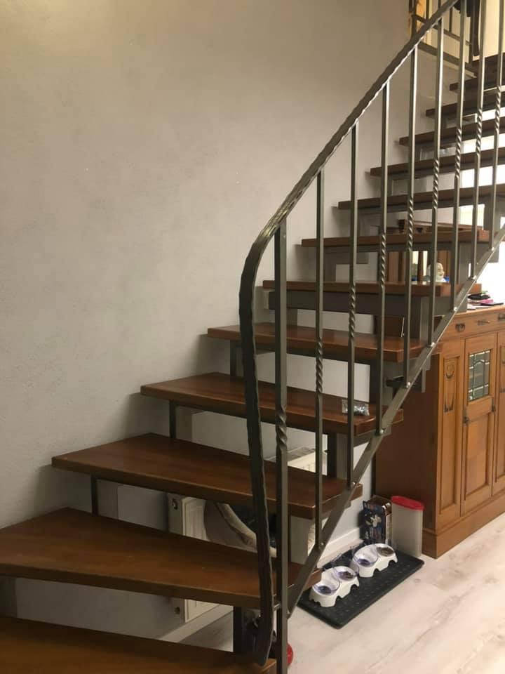 Dunkel und altmodisch kam diese Treppe daher. Zum neuen Fußboden war eine neue Optik nötig.