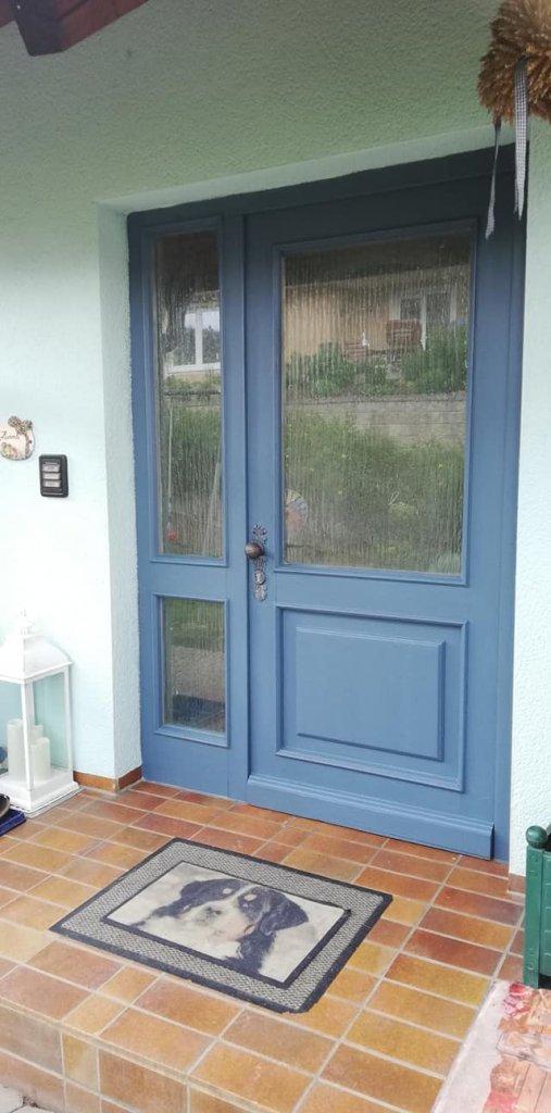 Nach dem Anstrich mit Painting the Past Denim erstrahlt die Tür wieder frisch in neuem Glanz.