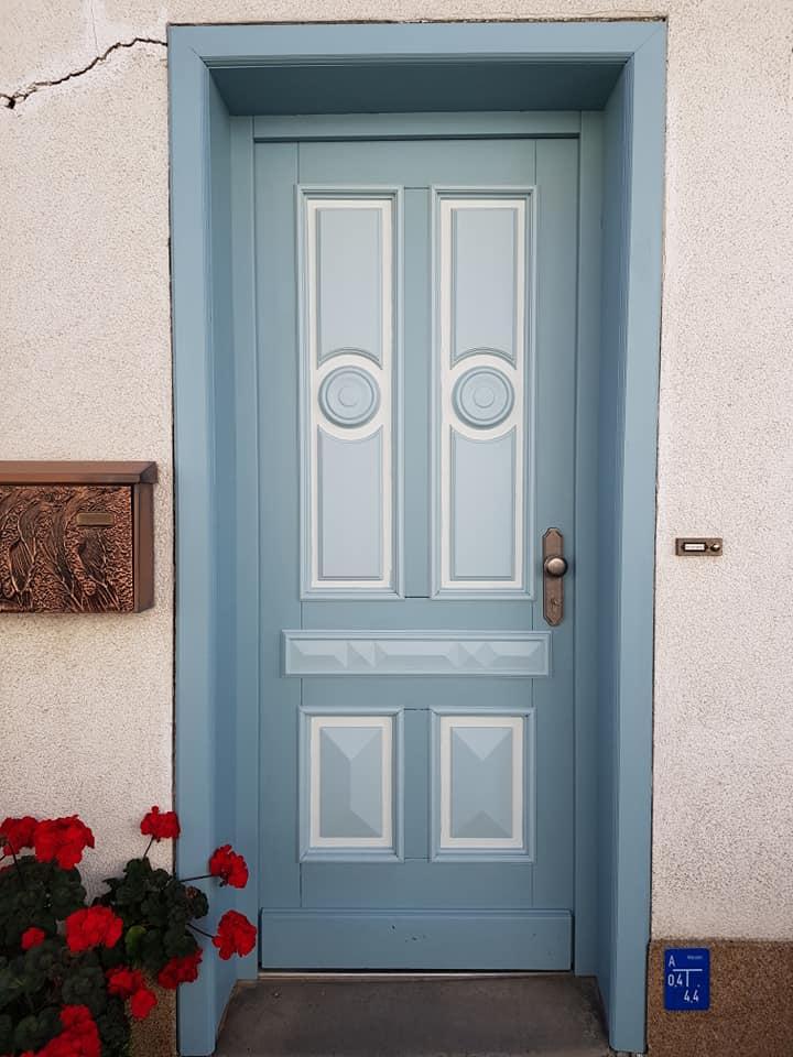 Unsere Kundin hat es geschafft, den wunderschönen Look zu erhalten und hat dieser Tür mit Painting the Past Eucalyptus neues Leben eingehaucht.