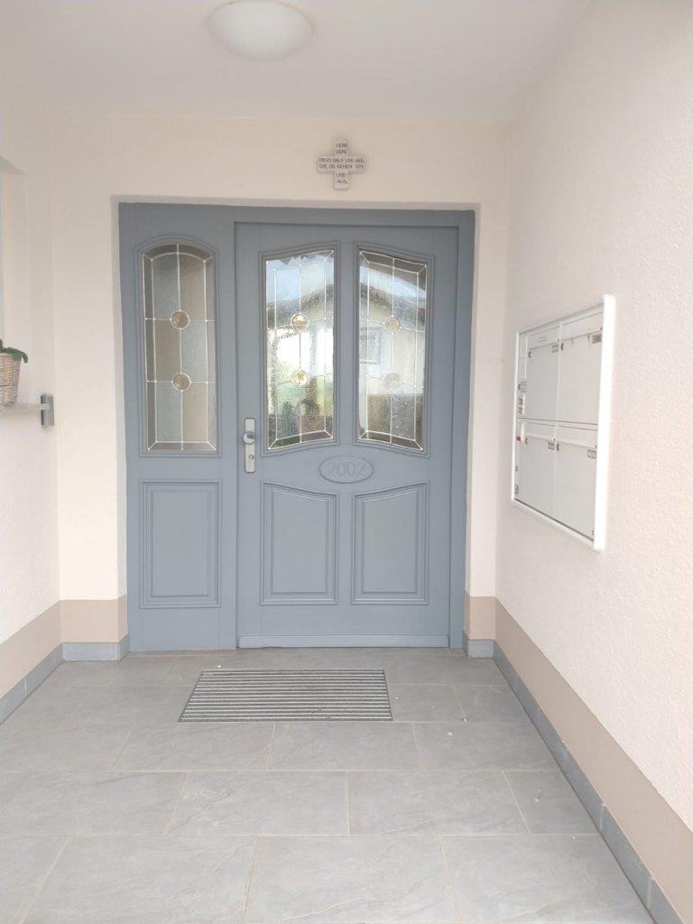 Painting the Past Hampton Grey - jetzt wirken Haustür und Boden wieder stimmig und der Stil passt zu den Eigentümern.
