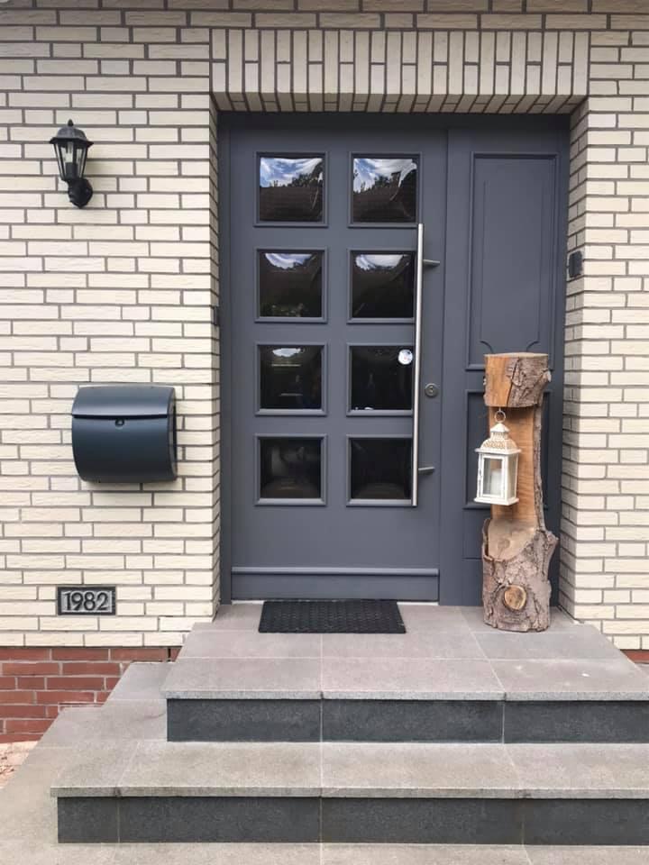 Durch den Anstrich mit Painting the Past Pewter wurde diese Tür wieder modern. Übrigens derzeit einer der beliebtesten Farbtöne für Haustüren.