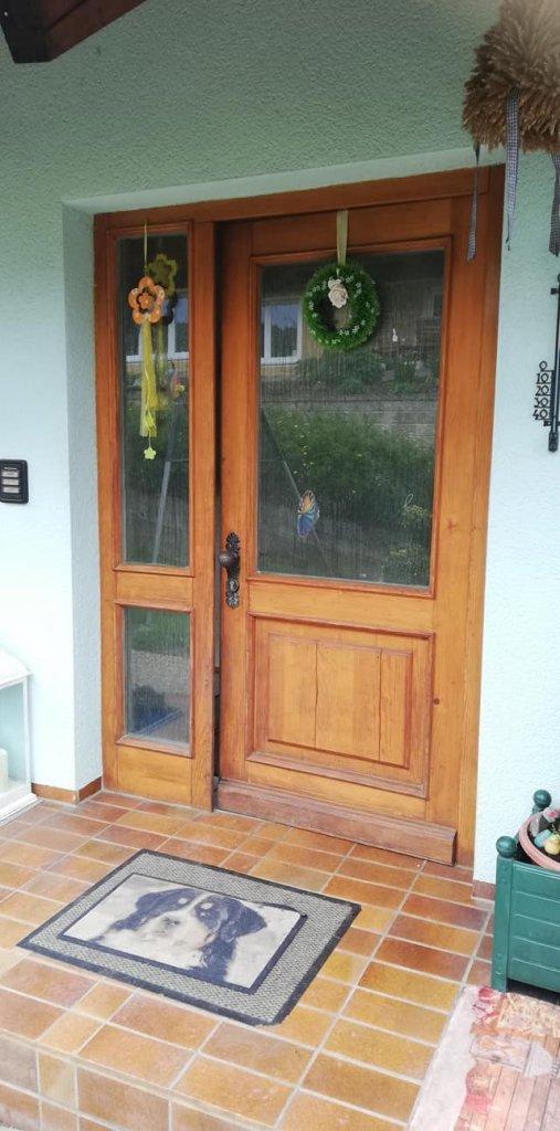 Diese einst sehr schöne Haustür aus Holz mit Dickschichtlasur ist einfach in die Jahre gekommen und brauchte Pflege.