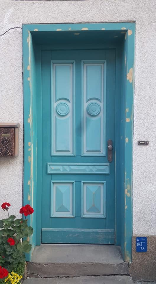 Bei dieser wunderschönen Haustür war der früher einmal wundervolle Altanstrich schon ziemlich herunter gekommen.