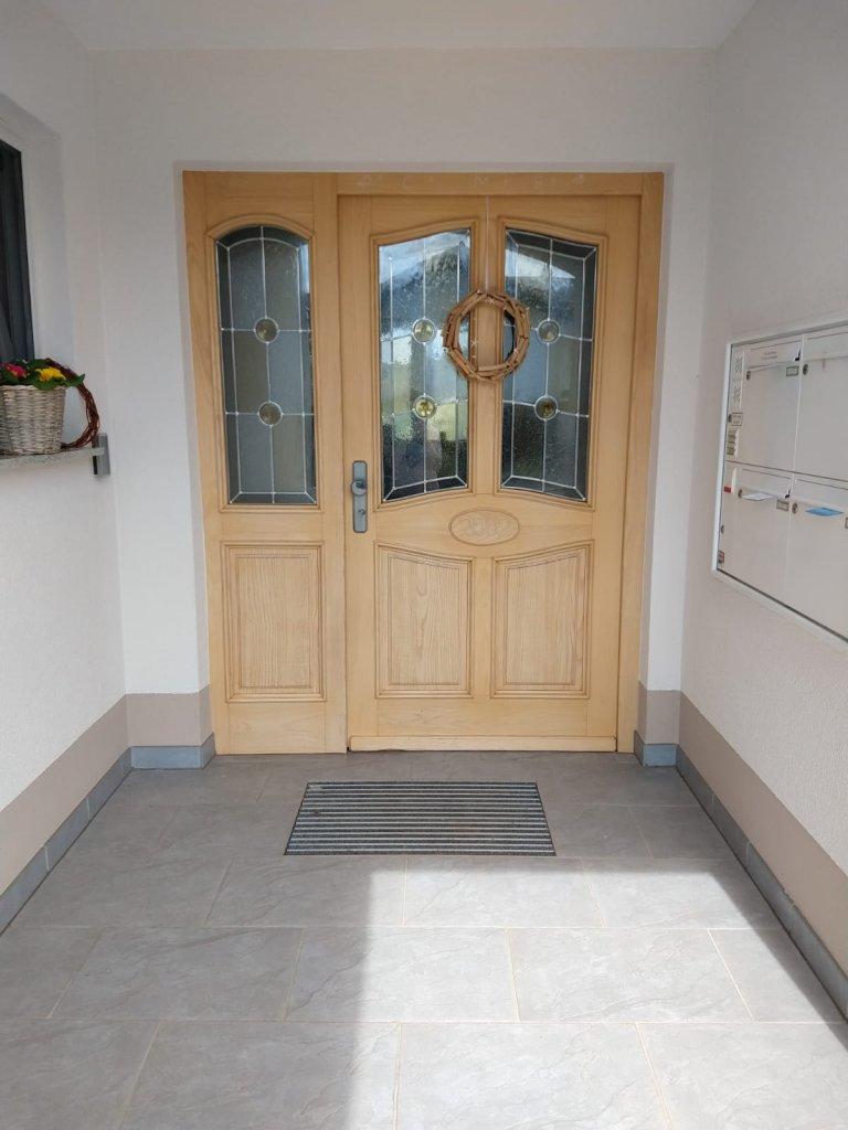 Den Bewohnern gefiel die helle Holzmaserung samt Lasur einfach nicht mehr. Also wurde die Holzhaustür einfach lackiert.