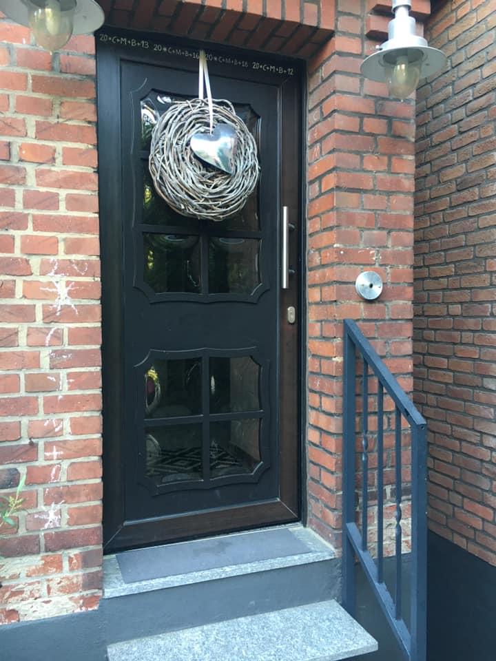 Dieser Eingangsbereich wirkte wegen der dunklen Haustür wenig einladend.