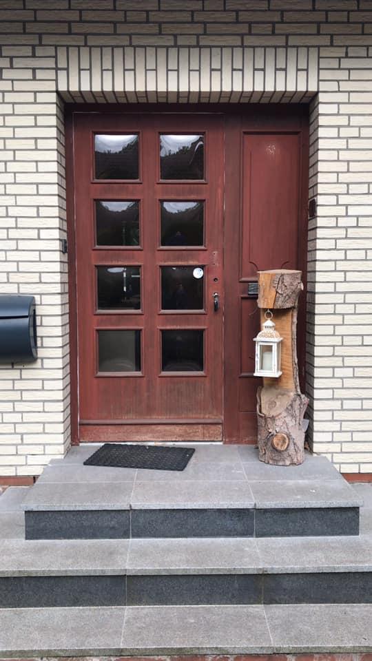 Eine klassische, altmodische Haustüre, die so gar nicht mehr zum Rest des Hauses passte.