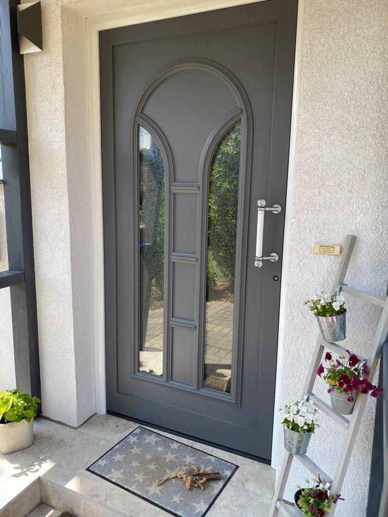 Nach dem Anstrich mit Painting the Past Pewter sieht man der Tür den Kunststoff nicht mehr an. Absolut eine Aufwertung.