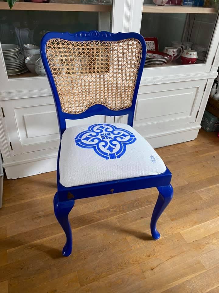 Stuhl aus Holz gestrichen mit Mylands Casino Blau FTT 018