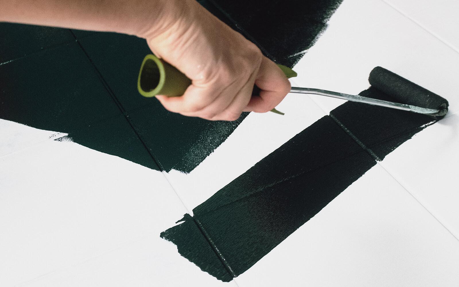 Fliesen streichen mit MissPompadour Schwarz mit Schwarz