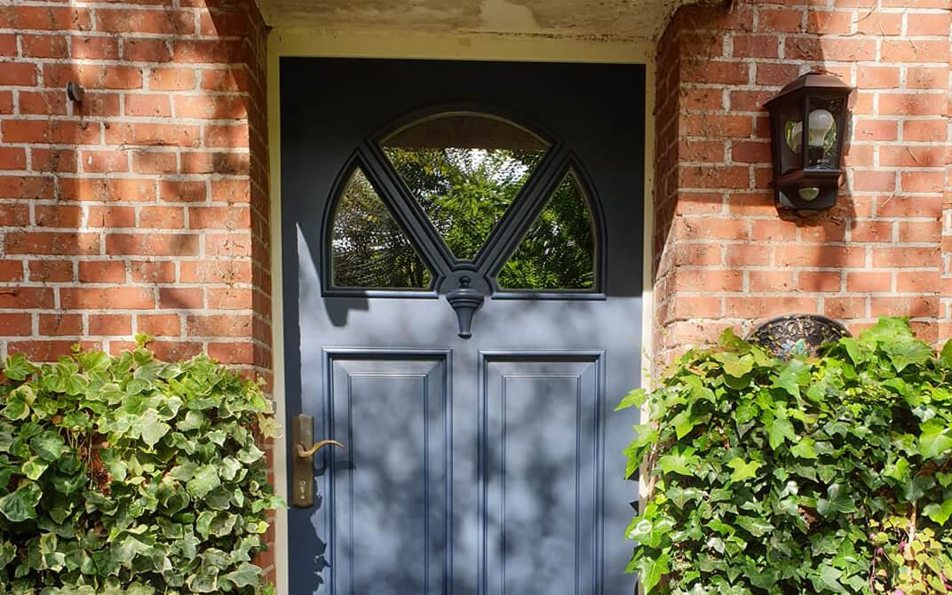 Tür blau gestrichen
