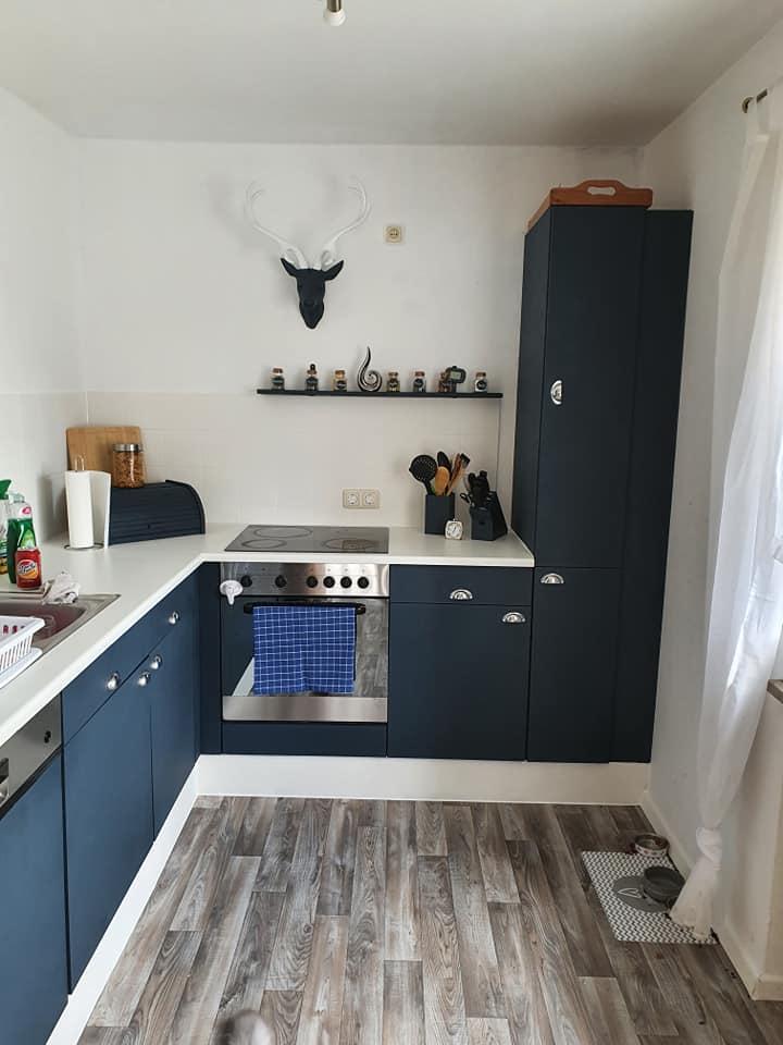 Küchenfronten dunkelblau gestrichen mit Painting the Past Ink