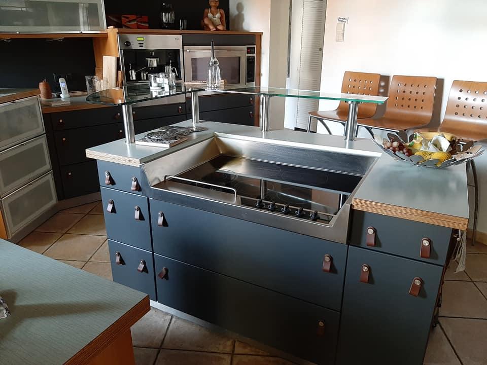 Küche blau gestrichen mit Anna von Mangoldt Oskar