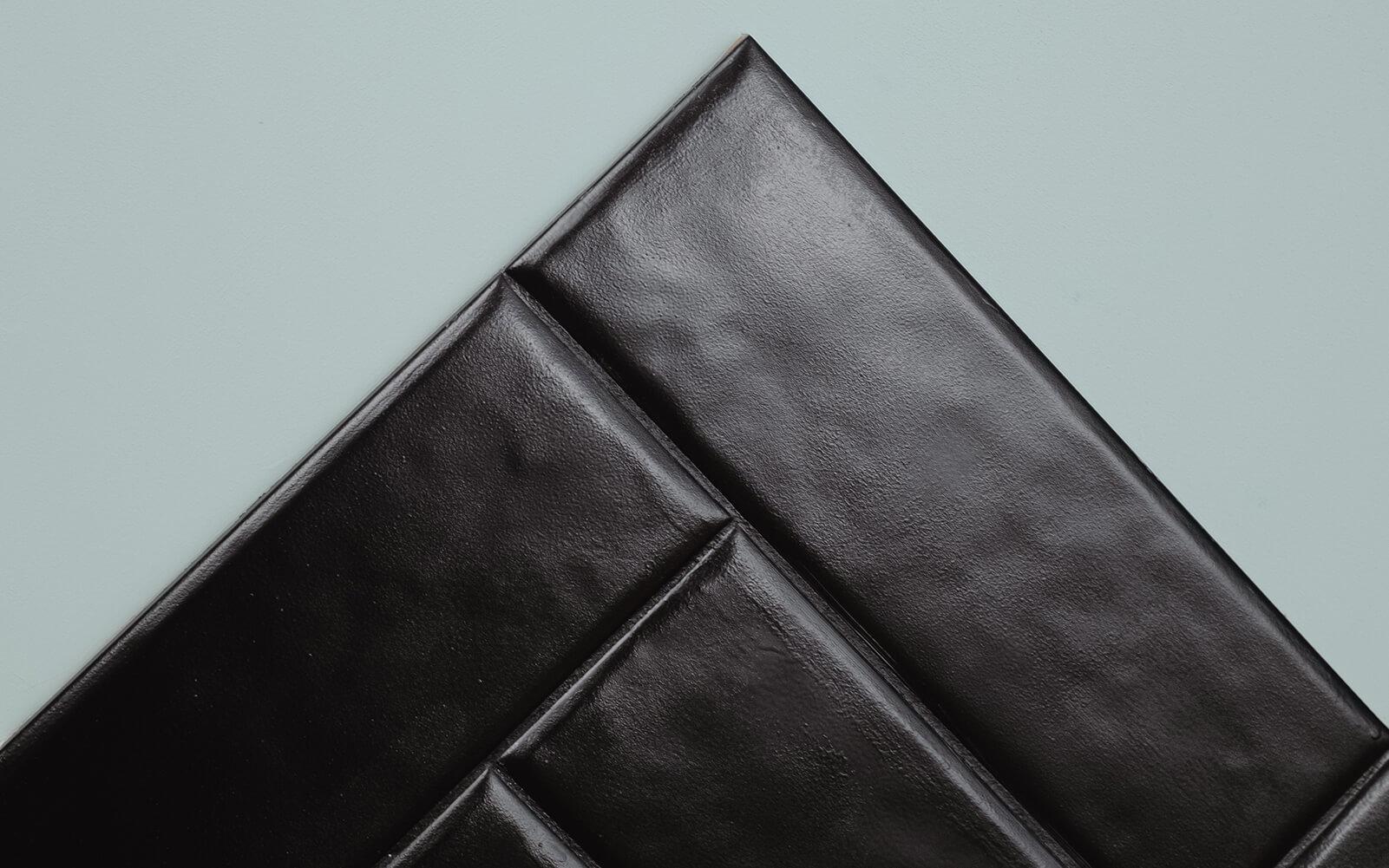Gestrichene Fliesen in MissPompadour Schwarz mit Schwarz