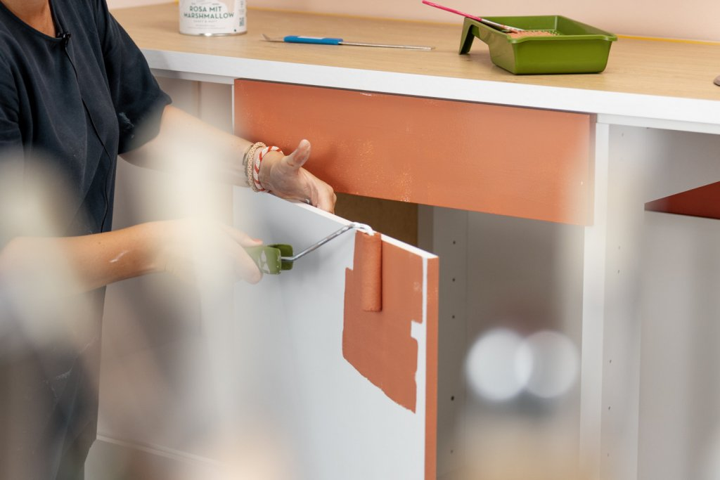 Erstanstrich Küche mit MissPompadour Orange mit Kastanie Stark & Schimmernd